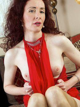 Redhead MILF Scarlet Martini toying..