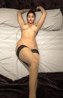 Indian babe Priya shows her juicy..