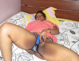 Desi MILF shows her meaty pussy