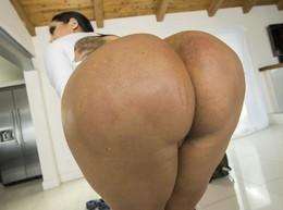 Kiara Mia shows her huge bubble butt..