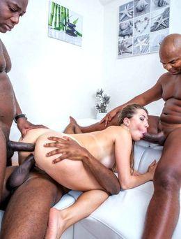 Classy MILF Paulina Soul explores her..